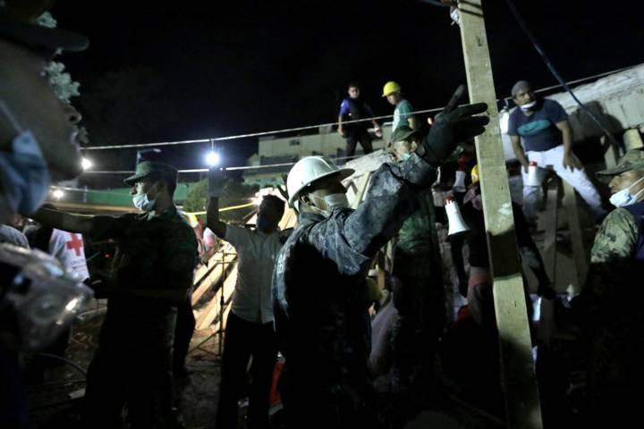 Continúan las labores para rescatar a personas atrapadas en los escombros