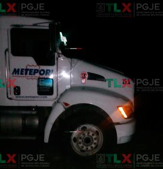 Aseguran agentes de la PGJE tractocamión en Huamantla