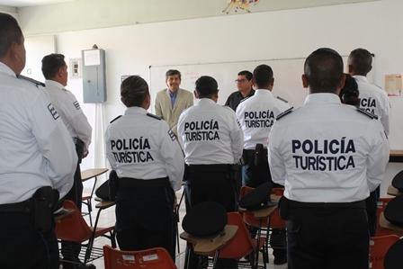 Acreditan elementos de la Policía Turística curso de inglés