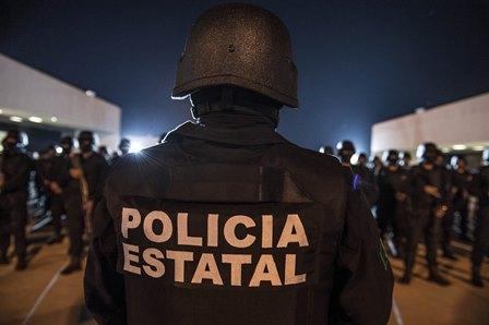 Entregan reconocimiento a elemento policiaco por desempeño