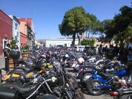 Policías ahuyentan turismo y se dan empujones con motociclistas
