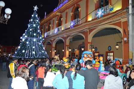 Alcalde se suma a las tradiciones de las posadas navideñas
