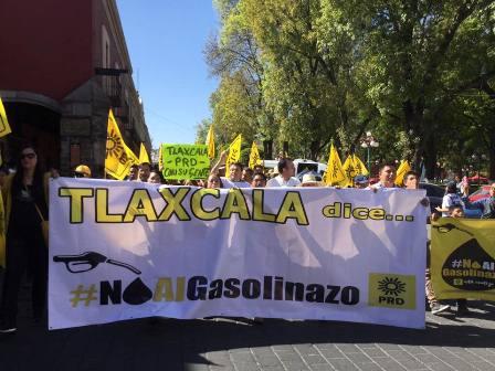Marchan perredistas tlaxcaltecas contra el gasolinazo