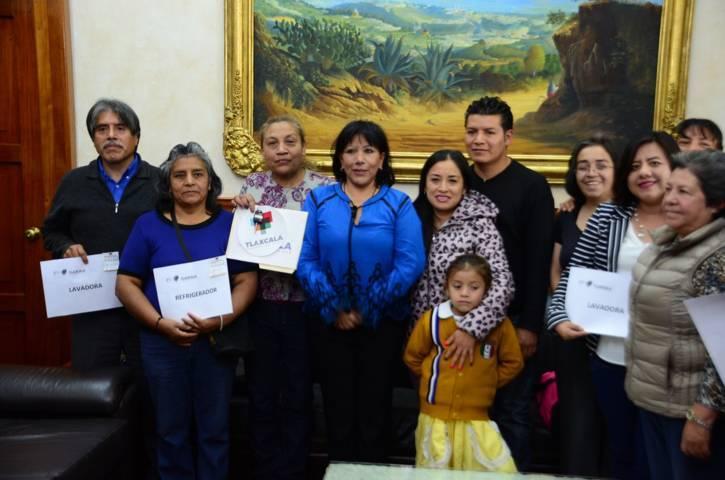 Entrega alcaldesa Anabell Ávalos premios a afortunados ganadores