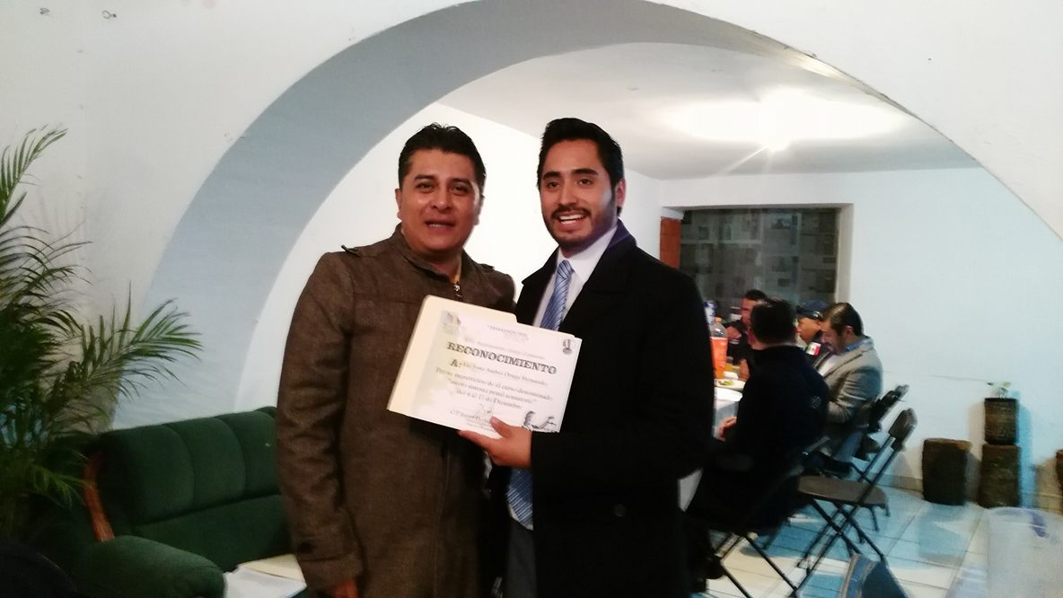 Entrega alcalde de Tetla reconocimientos a policías
