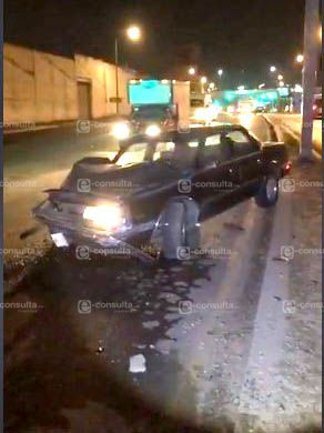 Abandonan dos vehículos tras un accidente frente al panteón de Chiautempan