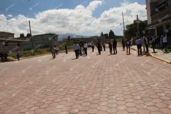 Alcalde entrega 753 m2 de adoquín en la calle Cocoro de la cabecera municipal