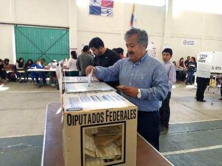 Alcalde de Ixtacuixtla vota y pide a los ciudadanos participar