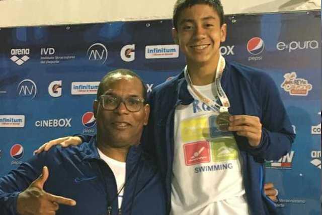 Gana apizaquense medalla de oro en competencia nacional de natación