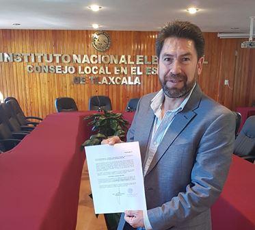 Raymundo Vázquez recibe constancia del INE; ahora va por firmas