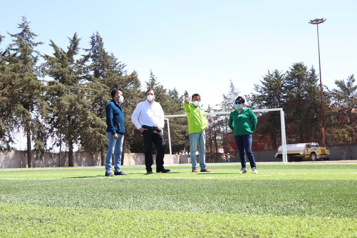 Supervisa alcalde de Huamantla trabajos de construcción de cancha de futbol 7