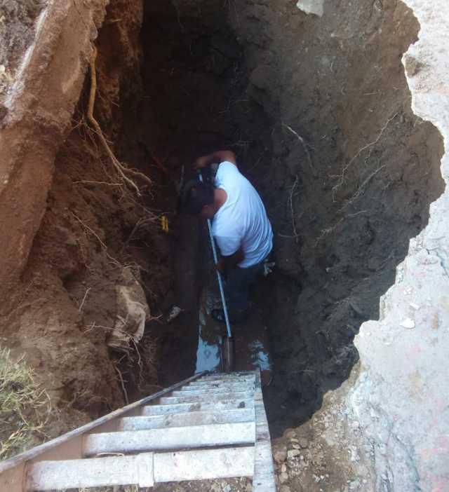 Reparan fuga de agua potable en Atempan