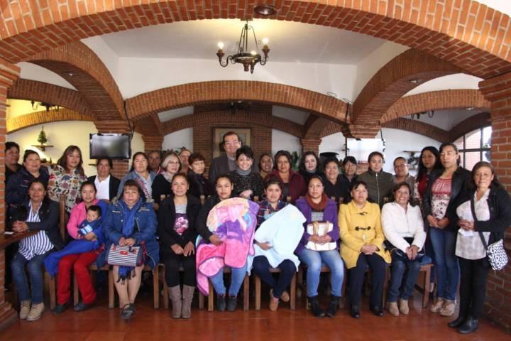 Alcalde exhorta a esposas de presidentes de comunidad a trabajar por sus habitantes