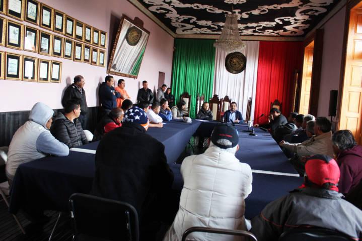Ayuntamiento da solución al conflicto entre taxistas y colectivas por un paradero