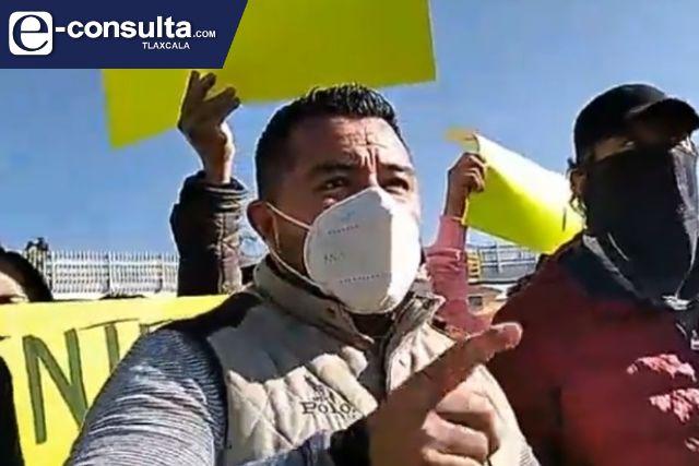 Ridículo, regidor de Apetatitlán utiliza manifestación para promocionarse