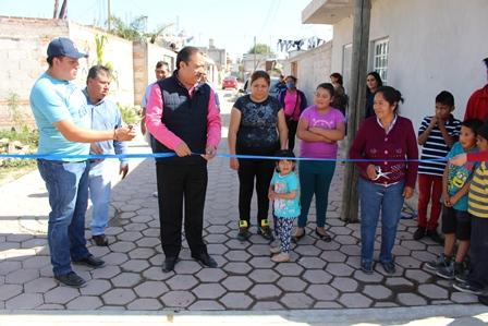 Alcalde  Francisco Román entrega obra de adoquinamiento