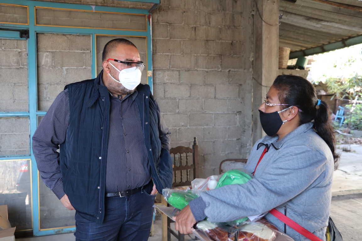Continúa Badillo Jaramillo entrega de roscas y juguetes a grupos vulnerables de Xicohtzinco