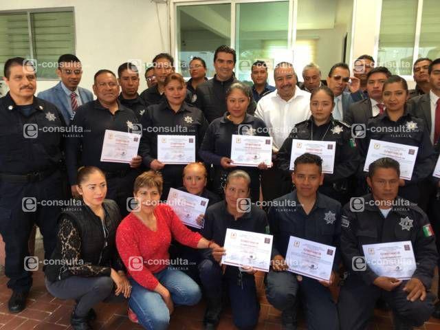 Alcalde impulsa el trabajo de los policías entregando bonos económicos