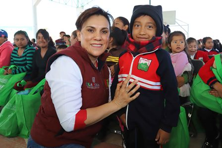 "Entrega Sandra Chávez prendas de la ""Caravana Invernal 2018"""