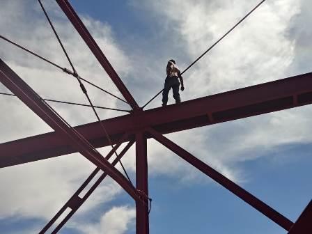 Intenta suicidarse en el Puente Rojo y pone en jaque a bomberos