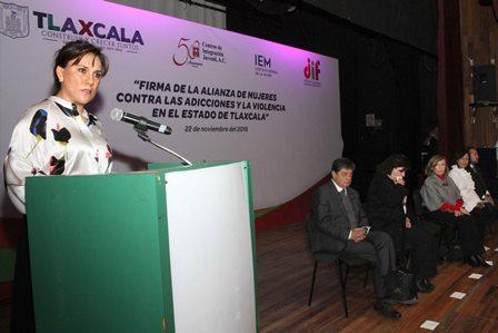 Sandra Chávez encabeza firma de alianza de mujeres contra las adicciones