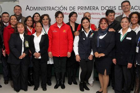 Sandra encabeza primera administración de la vacuna hexavalente