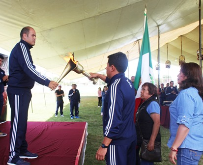 Recibe alcalde de Santa Cruz Tlaxcala fuego simbólico