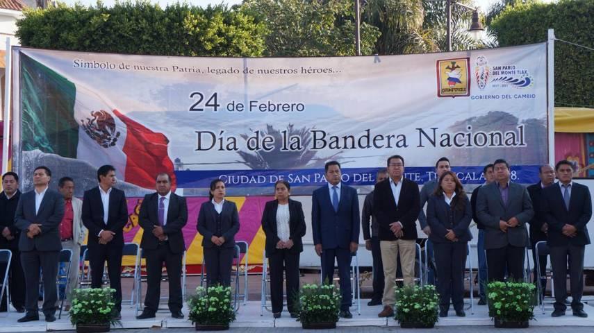 Ayuntamiento de San Pablo del Monte rinde honores a la bandera nacional