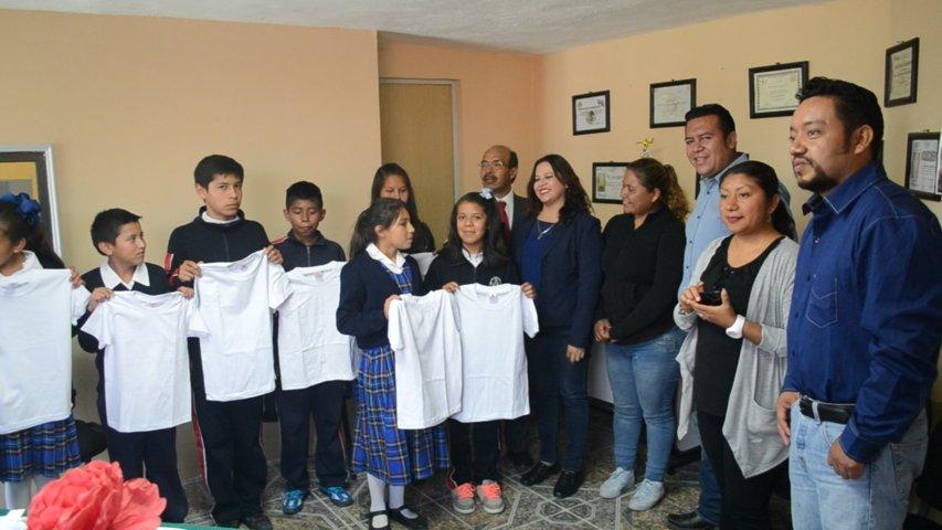 Alcalde entrega playeras a alumnos que egresan de la Sor Juana Inés de la Cruz