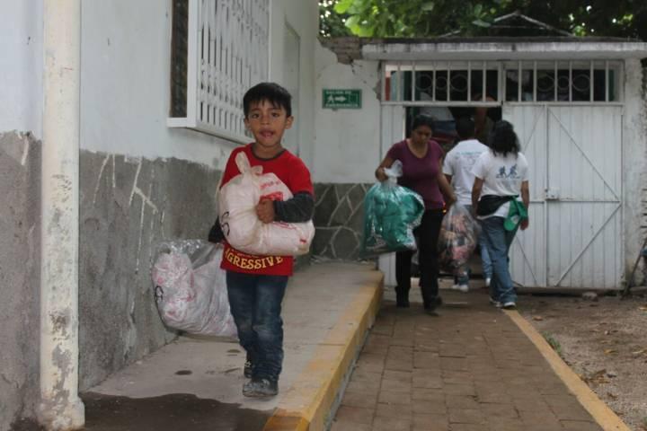 Caravana Tlaxcalteca entrega ayuda a damnificados de los sismos en Oaxaca