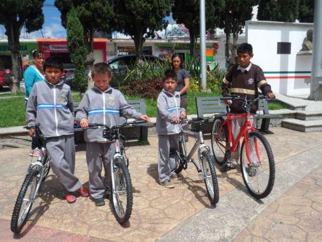 El SMDIF de Xaloztoc beneficio a 82 niños con una bicicleta