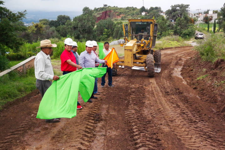 Alcalde mejora infraestructura carretero hacia casa comunal