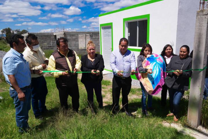 Alcalde entrega habitaciones a familias de bajos recursos for Habitaciones para familias