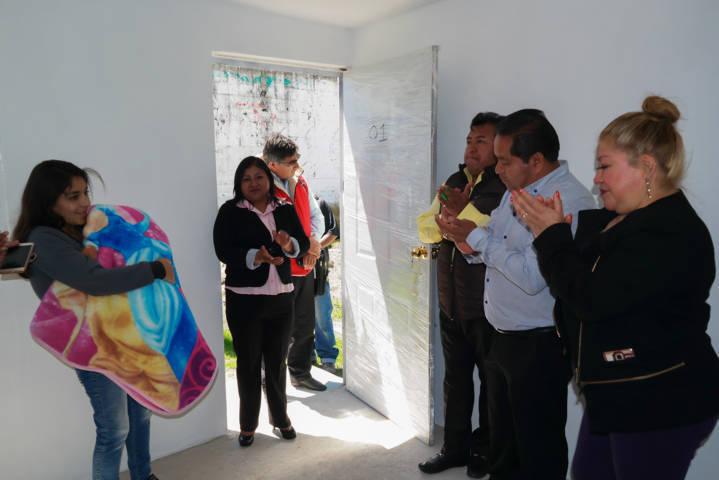 Alcalde entrega habitaciones a familias de bajos recursos