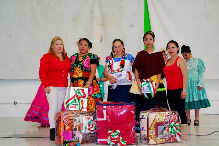 Todo un éxito el concurso de trajes típicos en Amaxac