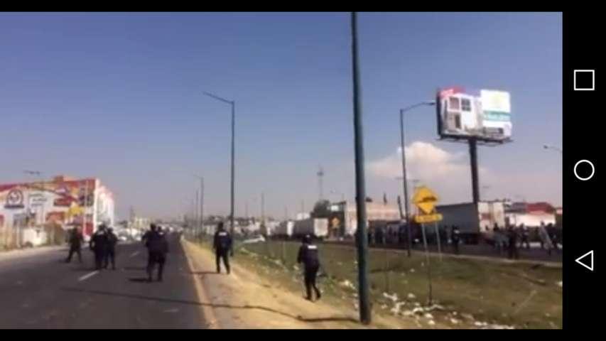 Cierran via corta Puebla Chiautempan por enfrentamiento