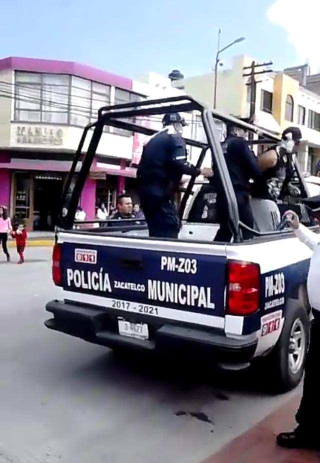 Intolerancia en la policía de Zacatelco, detienen a sujeto que rocio con espuma a elemento