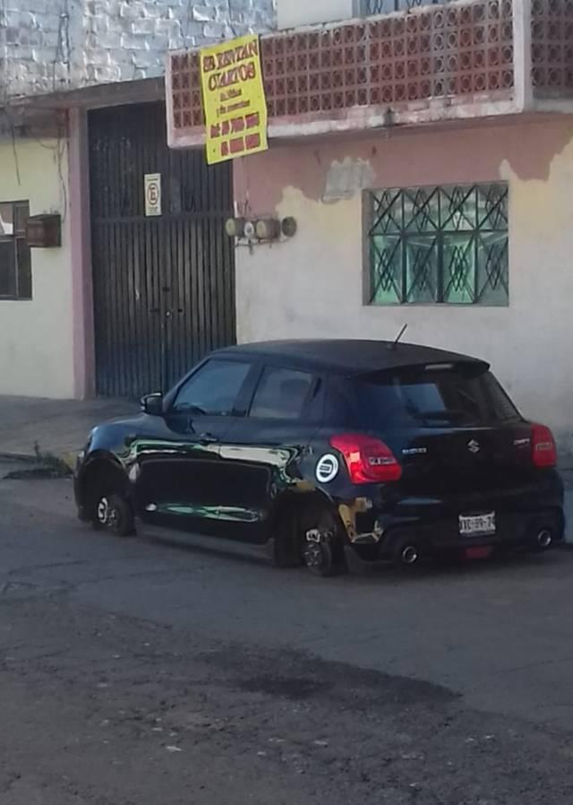 Hampones dejan auto sobre el pavimento