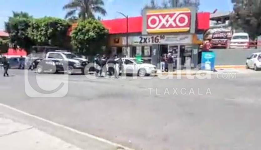 Dos sujetos armados asaltan Oxxo de Tlaxcala capital