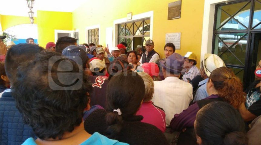 Exigen a alcalde de Xaloztoc que no sea transa y entregue recursos del campo