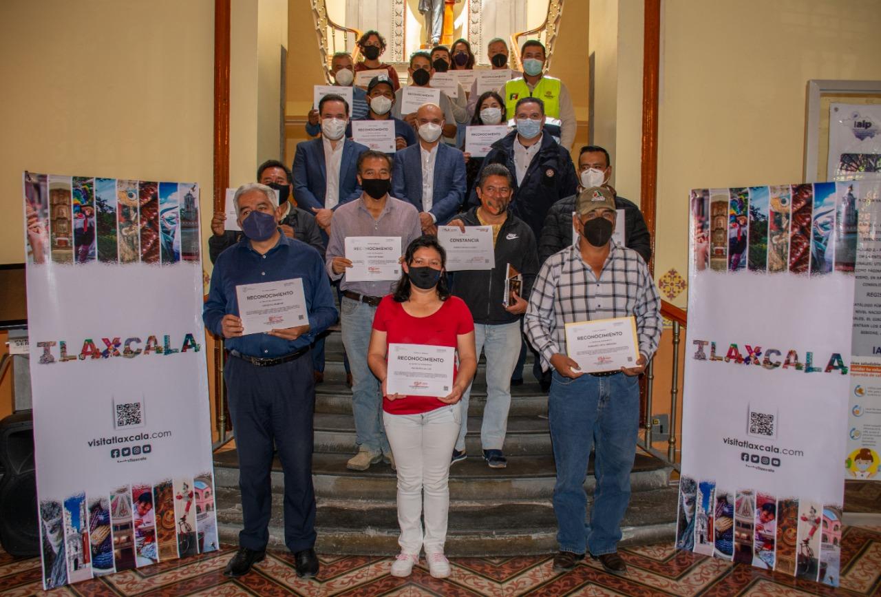 Entrega Secture constancias de capacitación en medidas sanitarias a centros de avistamiento de Luciérnagas