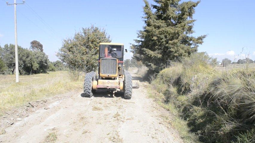 Alcalde rehabilita 1 kilómetro de camino rural de Quetzalcoapan