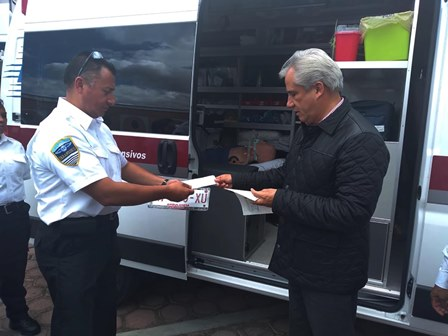 Autoridades entregan placas a ambulancias