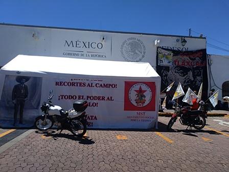 Vuelven campesinos a instalar plantón en delegación de Sedesol
