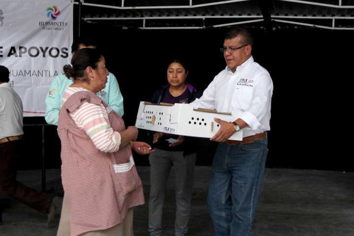 Entrega Sefoa paquetes de aves de postura a familias de Huamantla