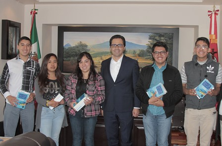 Reciben cinco estudiantes felicitaciones de Manuel Camacho