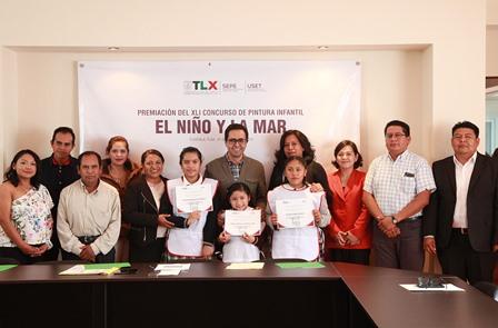 Premian a ganadores del concurso de dibujo El Niño y la Mar