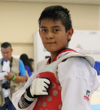 Felicita secretario de Educación a taekwondoin tlaxcalteca