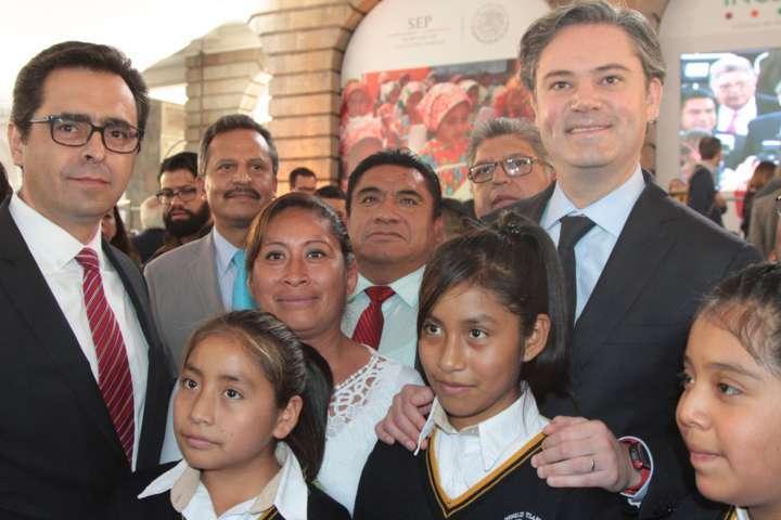 Alumna tlaxcalteca llama a niños del país a practicar la equidad e inclusión educativa