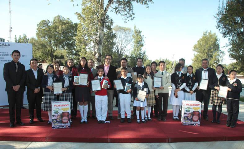 Premia SEPE a ganadores de concursos sobre símbolos patrios